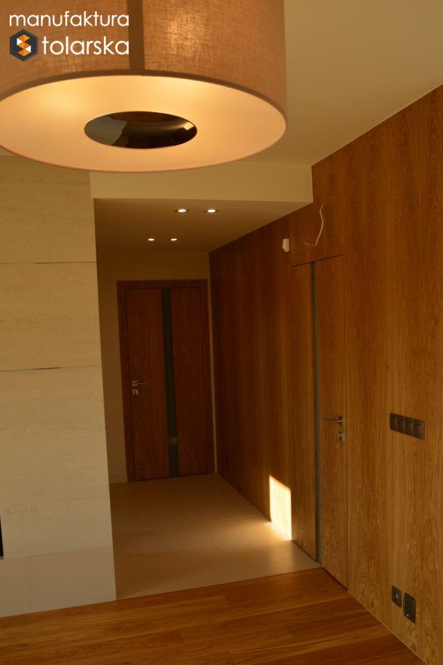 Wood wall & wood door. Made in Poland. Manufaktura stolarska 2017. Wykonujemy drzwi wewnętrzne w wykończeniach fornir lub lakier. #design #wood #wall #flat #home #simple #modern #lamp #light #door