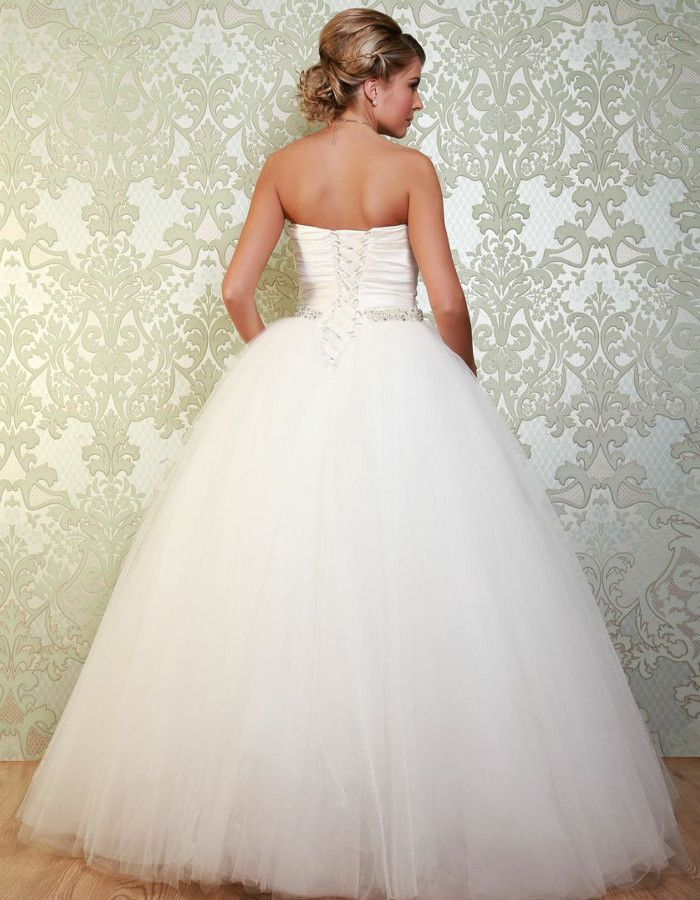 VELEZ The ruched bodice has a sweetheart neckline and laces up at the back, giving a flattering fit around the figure. https://www.wed2b.co.uk/vintage-wedding-dresses/viva-bride-velez.php
