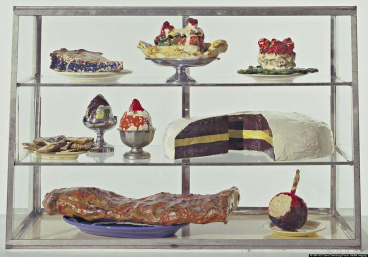 De straat en de winkel ~ 1961-1962 ~ Gekleurd gipswerk op borden van aardewerk en metalen dienbladen en bekers in een vitrine van metaal en glas ~ 52,7 x 76,6 x 37,3 cm. ~ The Museum of Modern Art, New York ~ © 1961-62 Claes Oldenburg