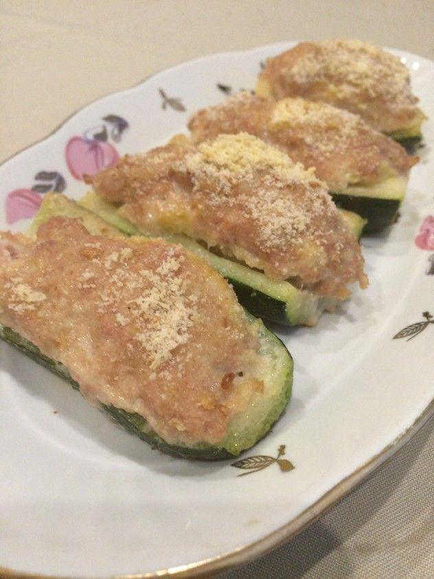 Zucchine Gratinate Zucchina lunga 2  Carne macinata di maiale 200 gr.  Aglio sbollentato 1  Pane grattugiato 100 gr.  Uova 1  Parmigiano reggiano 50 gr.  Sale, pepe quanto basta