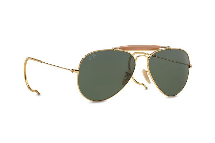 Outdoorsman Sunglasses by Ray-Ban hadir dengan kelebihan secure fit. A bold take on a timeless style and great for the outdoors. Metal frame, gold color, dark tinted lens, Outdoorsman aviator with cable temples sunglasses. Looking great with this aviator sunglasses. http://www.zocko.com/z/JErm0