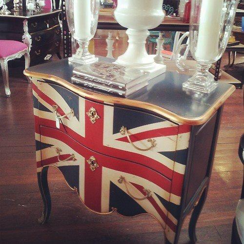 cômoda customizada com a bandeira da Inglaterra