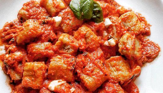 Gnocchi di ricotta e basilico con salsa di pomodoro