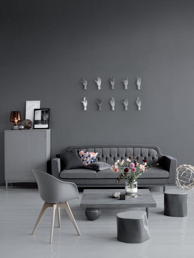 Harmaa seinä tuo syvyyttä sisustukseen ja tuo esineitä kauniisti esiin. Seinä on maalattu Harmony-sisustusmaalilla, Deco Grey-värikartan sävyllä 1934.
