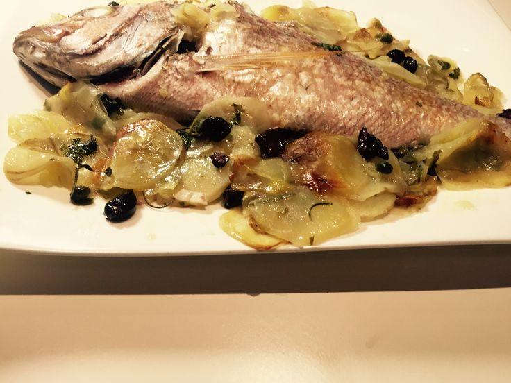 Dentice al forno con patate olive e capperi