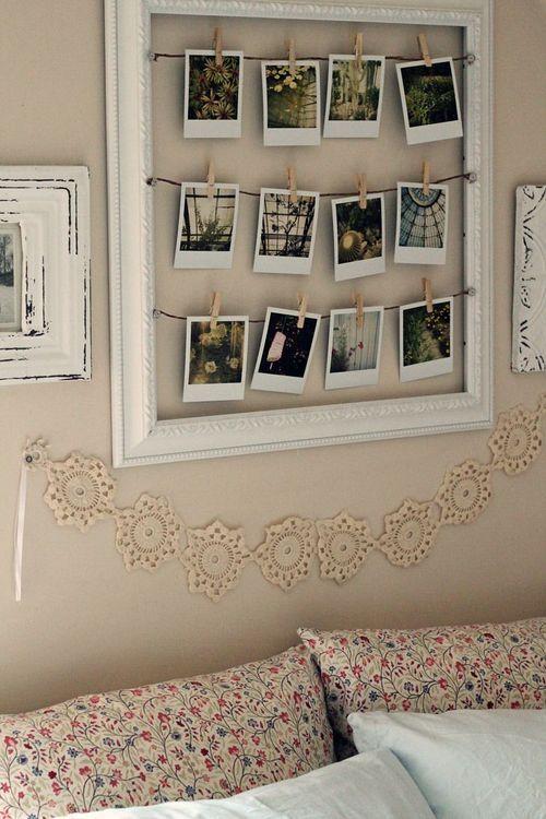 fotos na decoração, moldura antiga com varais de fotos polaroids