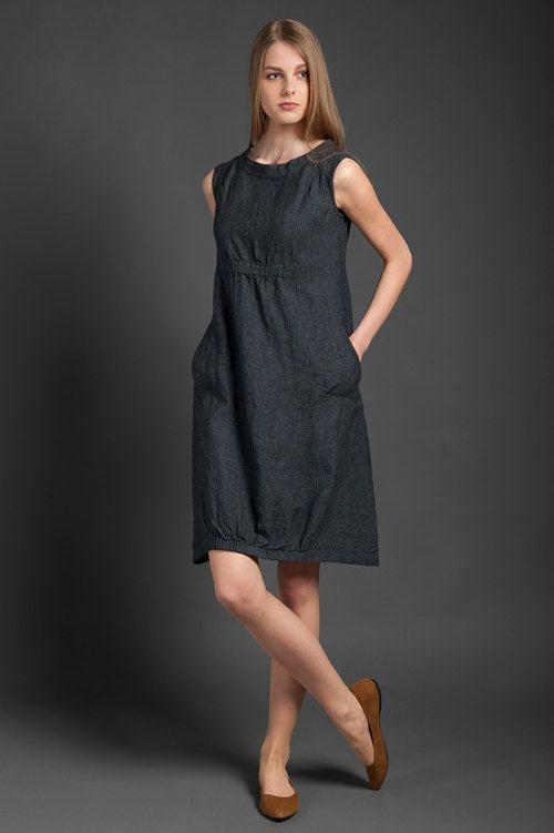 Dark grey sleeveless dress from specially-washed, shrink-resistant 100% linen fabric. Features deep side pockets, and an elasticated area below the chest and at the bottom. This lovely-looking knee-length dress will make a perfectly playful outfit choice for a hot summer day out. // €80