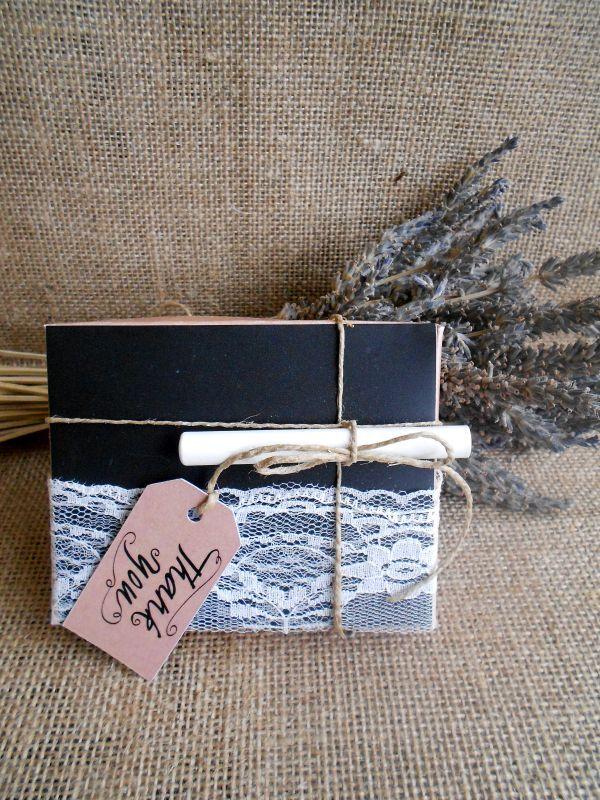 Μπομπονιέρα γάμου κουτί με επιφάνεια μαυροπίνακα και δαντέλα