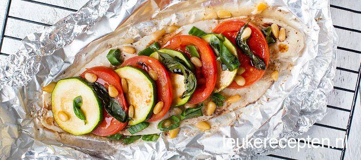 HOOFDGERECHT – 20 MIN + 15 OVENTIJD – 4 PERSONEN * Makkelijk en gezond vispakketje met groente, basilicum en pijnboompitten uit de oven of van de barbecue