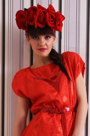 Платье с оригинальной декоративной атласной ткани с ворсом. По лифу аппликация из натуральной кожи.