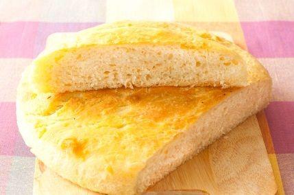 Хлеб с розмарином рецепт.Кладем в оливковое масло иголки розмарина, а также 2 дольки чеснока раздавленного плоской стороной ножа.