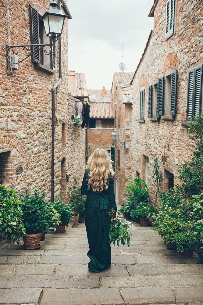 Свадьба за границей — это настоящее приключение на несколько дней как для самой пары, так и для гостей.Когда мы отправились с Таней и Колей в Тоскану, мы не смогли удержаться и в один из предсвадебных дней решили погулять по живописному городку Лученьяно и его окрестностям. Безлюдные узкие улочки, в которых лишь изредка появлялись местные жители, с удивлением наблюдавшие за происходящим. Каменные невысокие дома с многовековой историей, у каждого из которых хотелось сфотографироваться. Ветер…