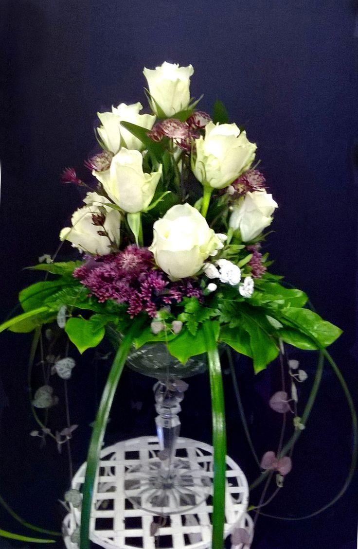 Hääpöydän kukkaasetelma