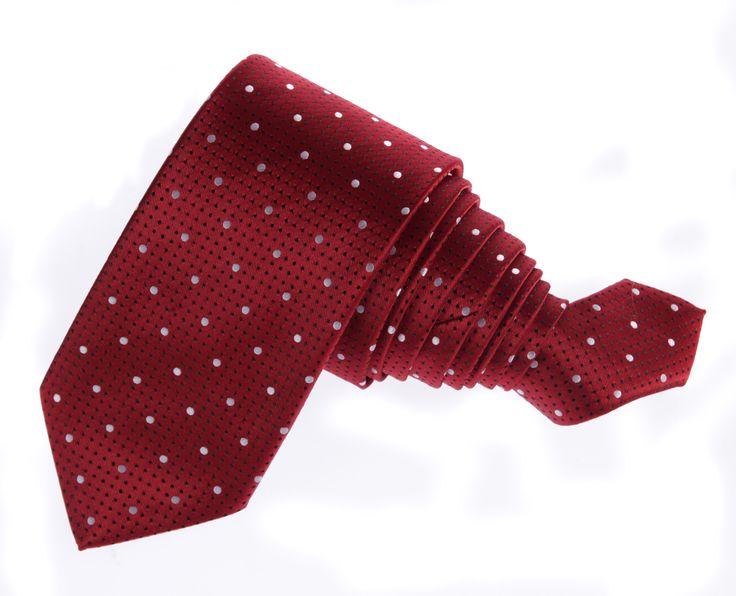 Πουά Ανδρική Γραβάτα, 100% Πολυέστερ. Επιλέξτε τη συγκεκριμένη γραβάτα, επειδή λόγο του χρώματος της θα τονίσει την αποφασιστικότητα του χαρακτήρα σας, αλλά και συνάμα το πάθος που πηγάζει μέσα σας για το κομψό ανδρικό ντύσιμο. Προτείνουμε να τη συνδυάσετε με μονόχρωμο πουκάμισο.
