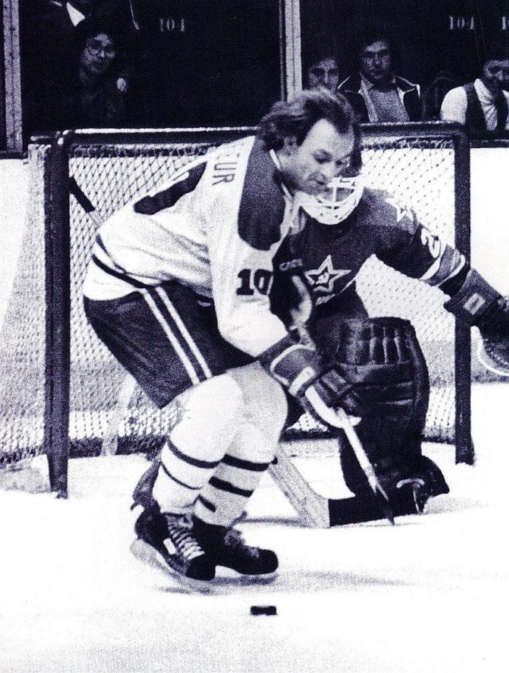 L'armée Rouge (URSS) vs les Canadiens de Montréal le 31 décembre 1975 : Dans le cadre d'une série de 8 rencontres opposant des équipes soviétiques à des formations de la LNH, le Canadien de Montréal fait face à l'Armée rouge. Trois jours plus tôt, les russes avaient battu les Rangers de New York 7-3 pour amorcer sa tournée en Amérique du Nord. Après avoir fait match nul contre le Canadien, les Soviétiques disposeront des Bruins de Boston 5-2 et ils perdront 4-1 contre les Flyers à…