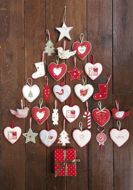 dekoracja choinka z ciasteczek i zawieszek,świąteczne gwiazdki i serduszka,biało-czerwone dekoracje świateczne,choinka z ciastek,świąteczne dekoracyjne zawieszki