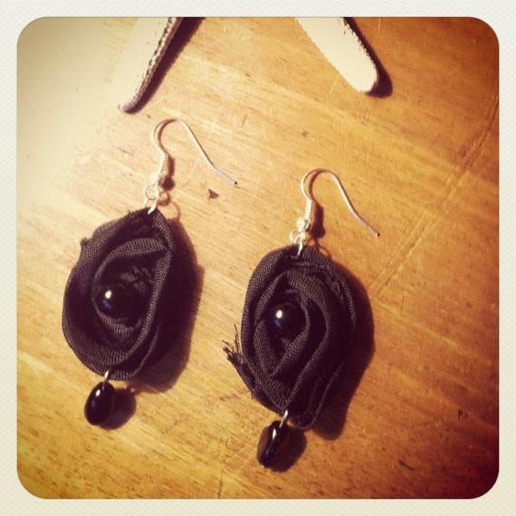 orecchini fatti a mano in tessuto modello Black di Fancycorner, €8,00