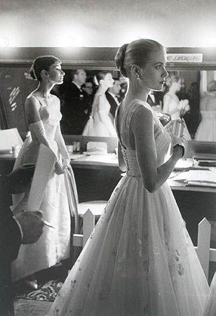 Audrey Hepburn e Grace Kelly nos bastidores do 28o Annual Academy Awards, 21 de março de 1956. (Audrey Hepburn apresentou o Melhor Filme