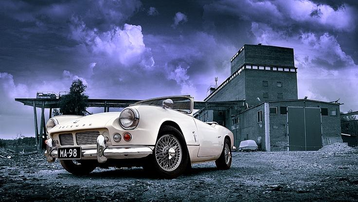 Triumph Spitfire 4. 1964. Omistaja: Harri Nousiainen. Kuva: Kimmo Taskinen / HS. Automuotoilusta kiinnostuneille tarjolla on pieni, mutta näyttävä otos suomalaisten autoharrastajien kokoelmista.