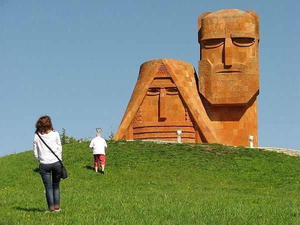 """Wznoszący się na przedmieściach pomnik """"My i nasze góry"""" stał się symbolem Karabachu"""
