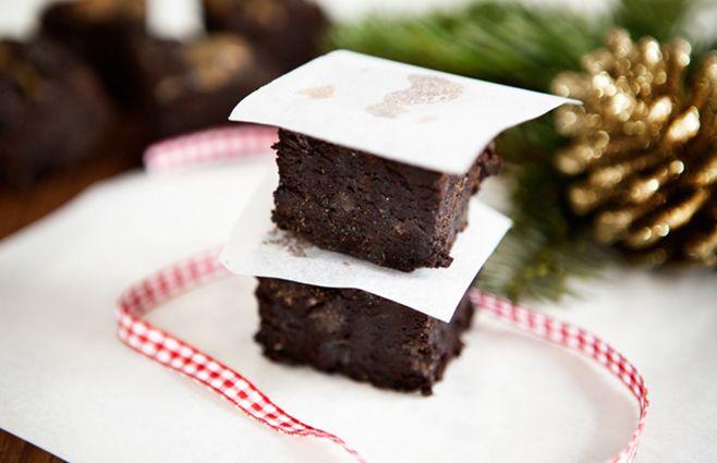 """Disse Brownies er utroligt gode og virkelig julede. Perfekt snack når du går og dekorerer hjemmet og gør klar til jul. For at gøre opskriften rigtig julet brugte jeg både ingefær og 70% appelsin chokolade. Du kan selvfølgelig vælge at bruge almindelig chokolade og/eller undlade ingefæren. Jeg kom også saltet karamel sauce med en lille smule kanel i over hele kagen og det løftede virkelig denne brownie """"to the next level"""". Jeg er stor fan af spiselige gaver og denne brownie e..."""