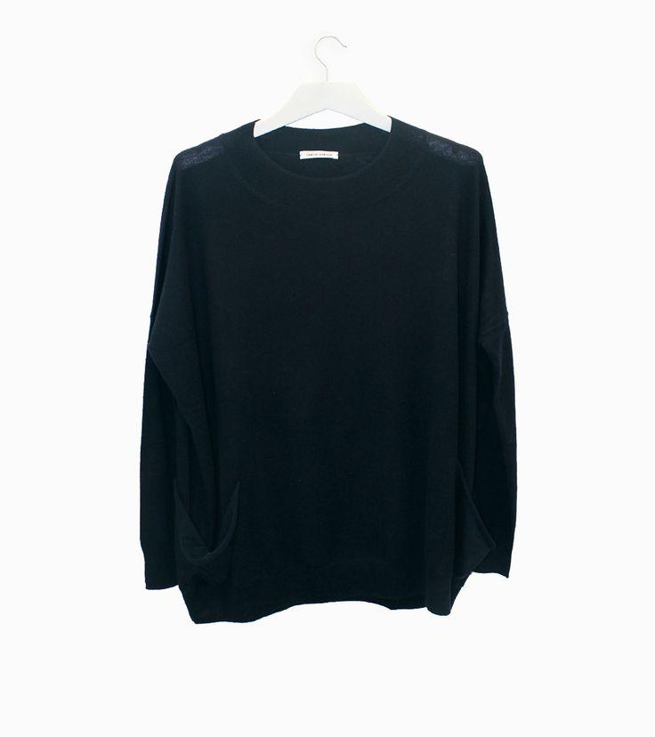 Lebor Gabala knit navy sweater with pockets. #arropame #conceptstore #bilbao #leborgabala  #fashion #fw2015 http://arropame.com/mocasines-chuches-una-necesidad-una-casualidad-un-descubrimiento-un-deseo/