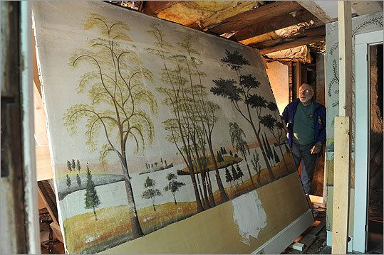 Glenn Haines beweegt langs een deel van de muurschildering gesneden uit een muur.  'Deze muren waren ooit het best bewaarde geheim in de stad,' zei de gepensioneerde Kustwacht kapitein en antiek dealer.'It mijn hart om het huis te verkopen breekt, maar het moet worden gedaan.  En ik ben blij dat deze panelen gaan in het publieke domein. '