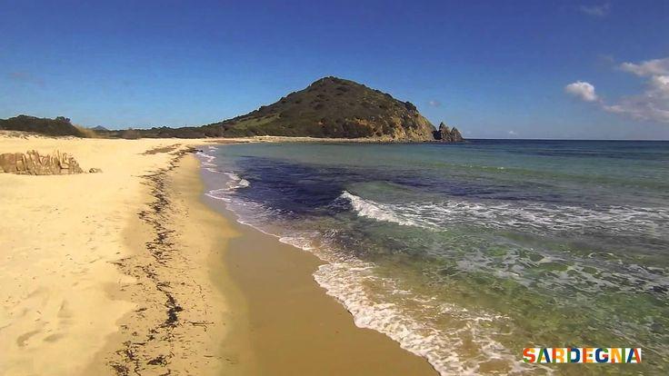 Nel sud della #Sardegna, tra le località di Cala Sinzias e Costa Rei nel comune di #Muravera (CA), si trova la splendida spiaggia ad arco di Monte Turnu. La sabbia dal colore ambrato e un mare dai colori cangianti dal turchese al verde smeraldo, la rendono incredibilmente suggestiva. #sardinia #sea #beach #italy