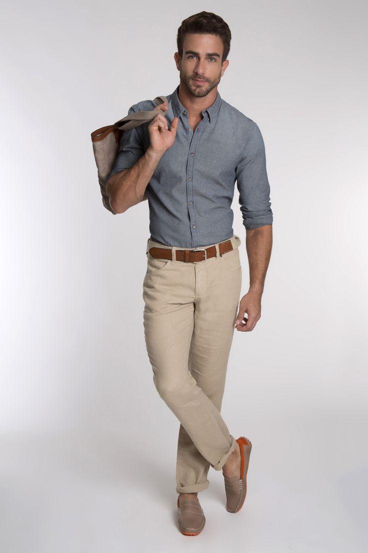 Camisa com estampa de poá, calça cáqui de linho, cinto bicolor de couro e lona e boat shoe com color blocking.