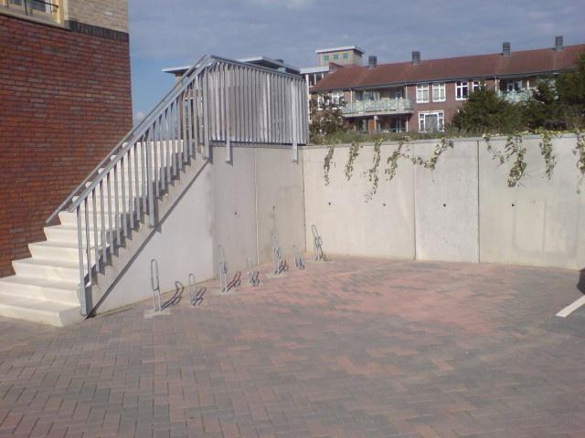 Deze betonnen keerwanden worden gebruikt om een hoogte verschil op te vangen.