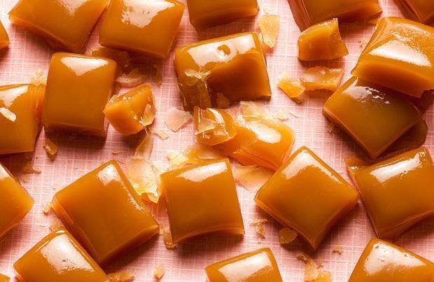 caramelle ricetta-2 cucchiai di miele; 8 cucchiai di zucchero di canna; 2 cucchiai di succo di limone; In un pentolino versate lo zucchero e il succo di limone, fate sciogliere senza caramellare e aggiungete poco alla volta l'infuso. Per ultimo unite il miele, continuando sempre a mescolare sul fuoco, fino a quando il composto non inizia a caramellarsi. Noterete inoltre che sul fuoco il composto inizia a diventare schiumoso. Fate attenzione a non bruciarlo. Q