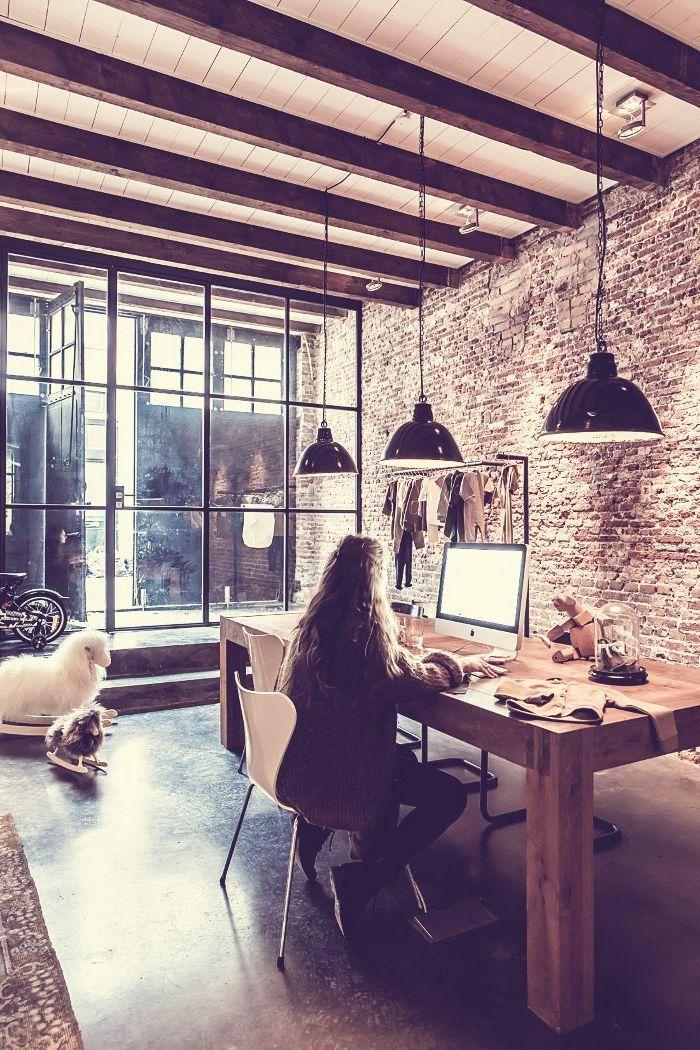 Mur en brique, plafond en bois et lampes pendantes, mur transparent