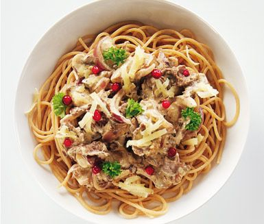 Renskavs- och svampsås är en härlig och krämig pastarätt med fullkornsspagetti och en sås med renskav, svamp, västerbottenost, lök, grädde, crème fraiche och senap. En mycket smakfull och snabblagad rätt som passar till middag mitt i veckan!