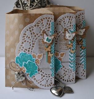 Kraft zakje, doily. Mooie combinatie van kleuren en materialen.