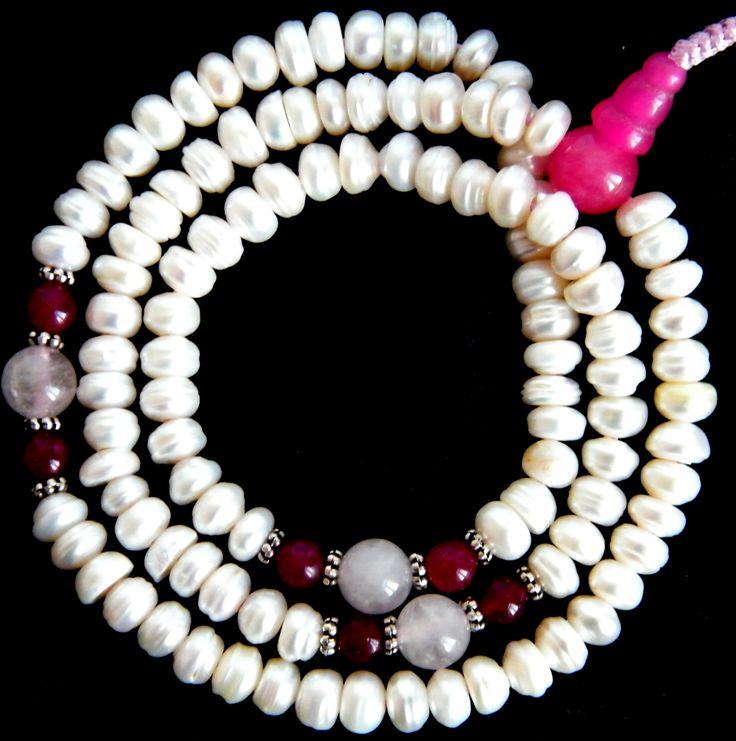 Izgalmas elegancia: tenyésztett gyöngy mala rózsakvarccal és ruby-val. Webáruházunkban itt nézheted meg a részleteket, és akár azonnal meg is veheted: http://www.tibetan-shop-tharjay-norbu-zangpo.hu/mala/tenyesztett_gyongy_mala_kagylo_mala_102