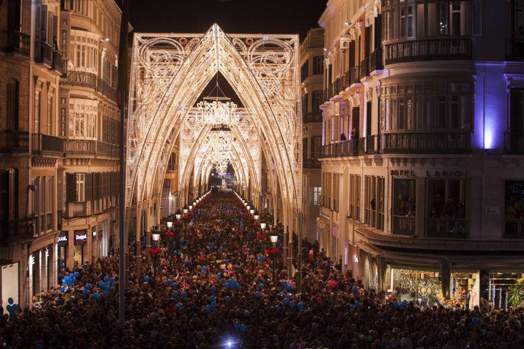 El alumbrado de Málaga capital ha sido este viernes con una monumental puesta en escena en calle Larios, que parece una catedral gótica de luces, un alarde que ha costado 573.211 e