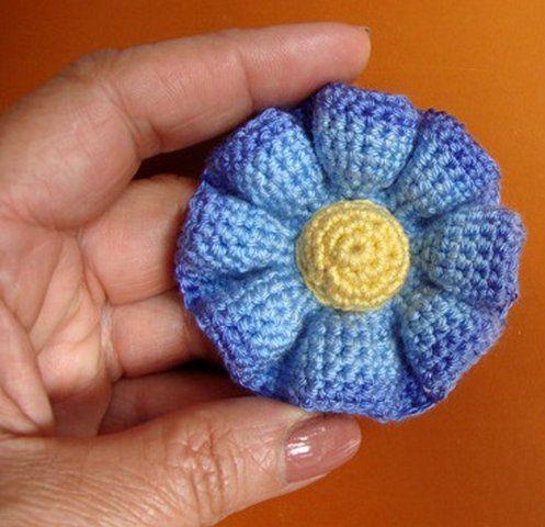 Кажется, что этот цветок крючком сложно связать. Но это не так. Основа этого вязаного цветка - круг и больше ничего. Мастер-класс по вязанию объемного цветка.