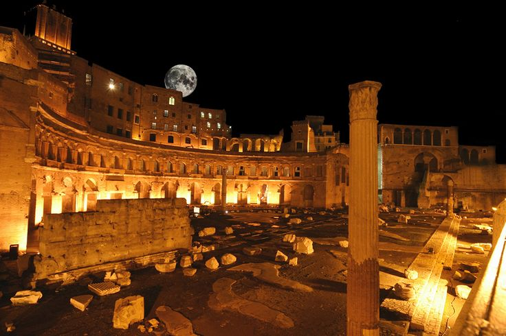 I Fori Imperiali illuminati sono uno splendore! Per ammirarli torna l'appuntamento per una passeggiata indimenticabile cominciando dal Foro di Cesare fino alla Colonna Traiano..Dista soltanto 15 minuti dalla nostra struttura.     The illuminated Roman Forum are splendid! To admire them, the appointment is back for an unforgettable walk from Foro di Cesare until Colonna Traiano. Just 15 minutes walking distance from our structure!