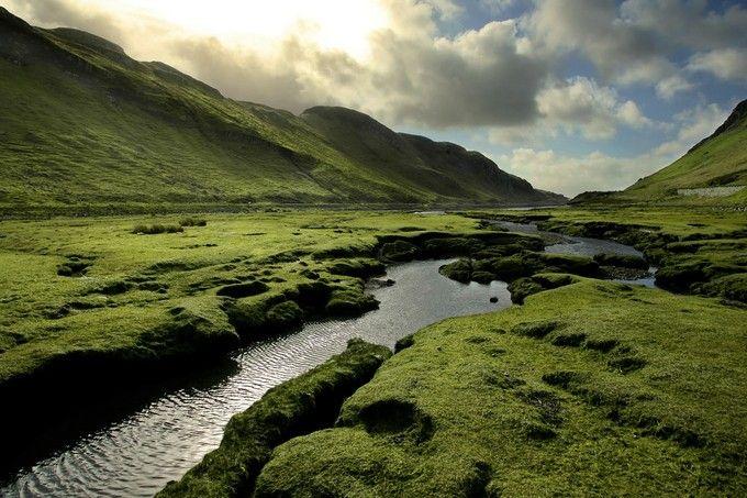 ハイランド地方とローランド地方に大きく2分されるスコットランド。文化や伝統にも違いがあるそうです。山脈の多いハイランド地方は、写真のような絶景がいたるところで見ることができる自然の美しいエリアです。