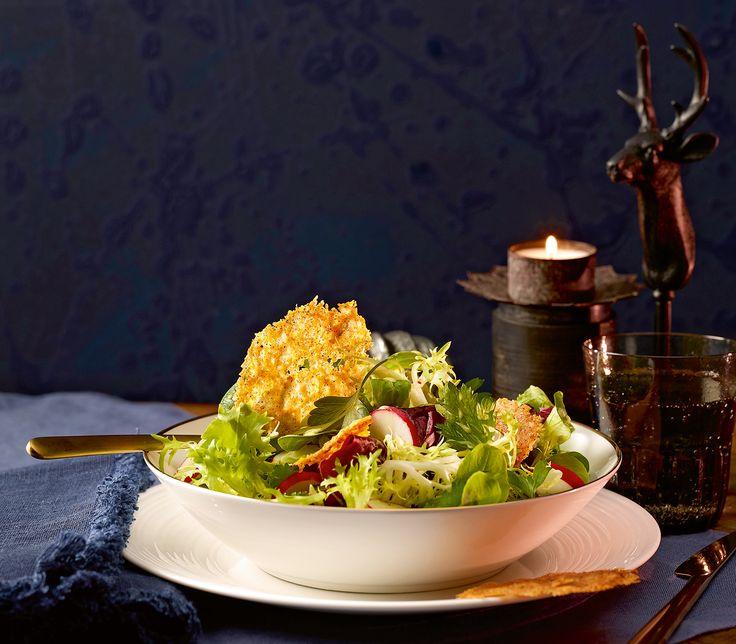 Knackige Blattsalate mit knusprigen Käsechips – ein feiner Start in einen genussvollen Abend.