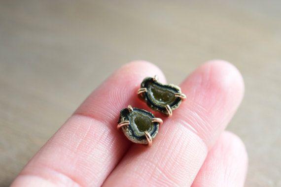 Geode verde piccole borchie. Orecchini in oro di happylittlegems