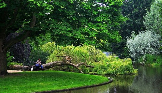 Efteling adalah sebuah taman rekreasi yang memiliki konsep mitos, legenda dan cerita rakyat. Efteling dibuka pada tahun 1952 dan merupakan taman terbesar di belanda serta salah satu taman rekreasi tertua di dunia.