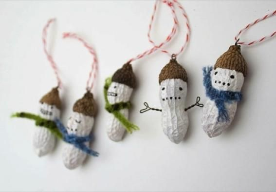 pupazzi arachidi dipinte bianco sciarpe verdi blu addobbi albero natale decorazioni natalizie