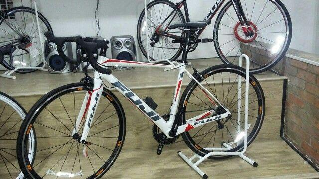 Bicicleta fuji 2016 en carbono con grupo Shimano ultegra y componentes oval marco talla 52