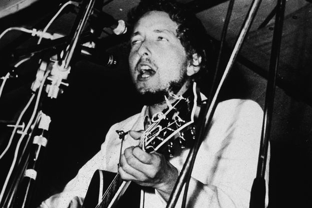Saying that Bob Dylan is the father of folk music is probably overstepping a bit. However, saying that the vocalist is one of the most prominent writers of anti-vietnam war and protest songs in the 20th century is spot on, thus making him worthy of a Top 10 Bob Dylan Protest Songs list.