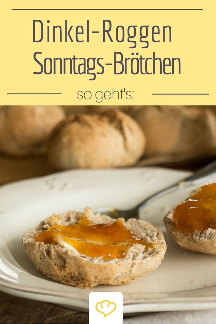 Selbstgebackene Sonntagsbrötchen mit Dinkel- und Roggenmehl - dazu ein Klecks Marmelade - perfekt!