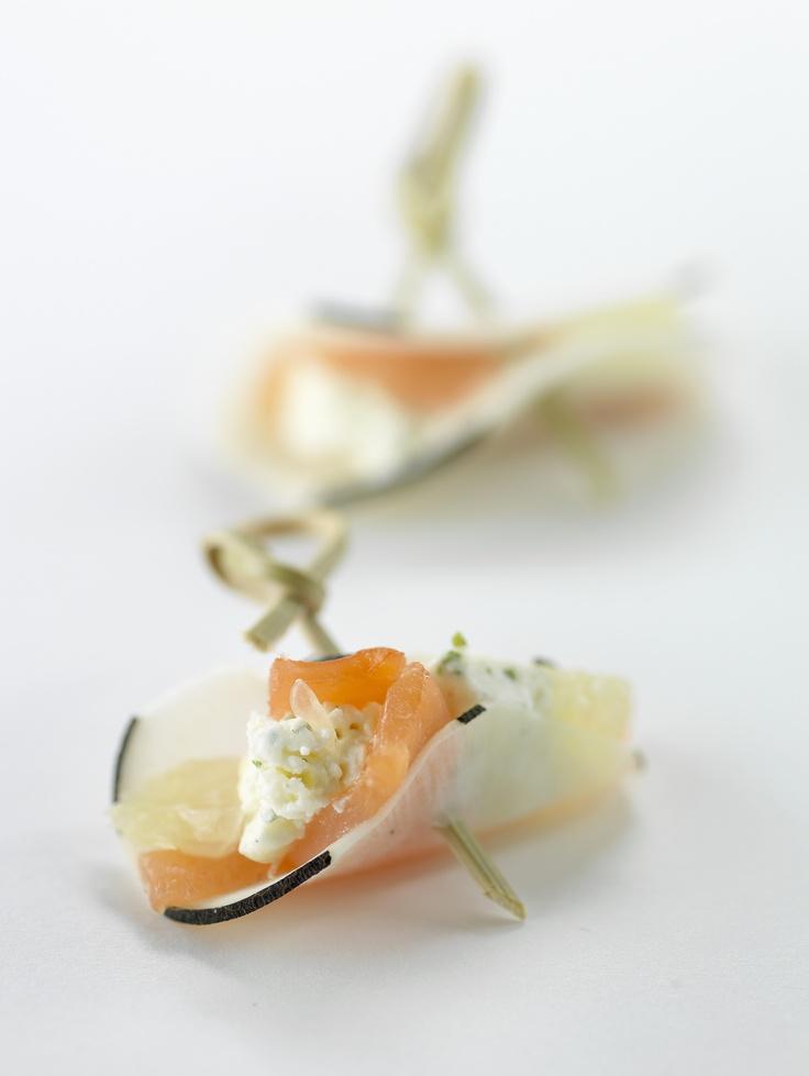 Amuse-bouches. Bouchées de radis noir au saumon et fromage frais