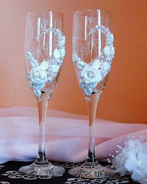 Bicchieri personalizzati per brindisi degli sposi decorati con rose e perle. Wedding glasses. #wedding