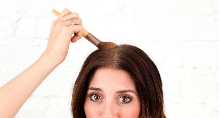 Deze DIY-droogshampoo voor bruin haar ruikt goddelijk, kost (bijna) niks én werkt
