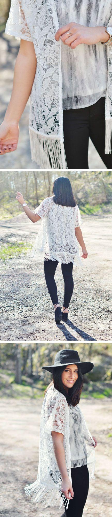 Cardigan i vit spets, linne med marmor-print, svarta byxor | White lace cardigan marble top black crop pants outfit inspiration summer spring festival | www.mandeldesign.se